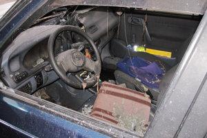 Interiér zhoreného auta.