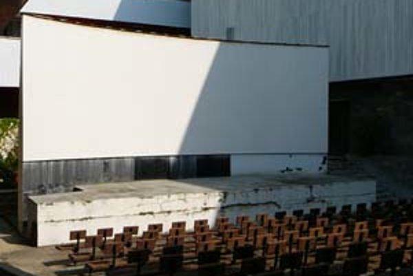 Amfiteáter bol aj súčasťou objektu Slovenskej národnej galérie. Proti jeho využívaniu protestovali obyvatelia susedného obytného domu. Nikdy preto nefungoval.