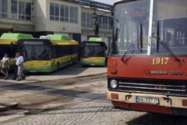 Namiesto Solarisov stále jazdia v meste staré Ikarusy.