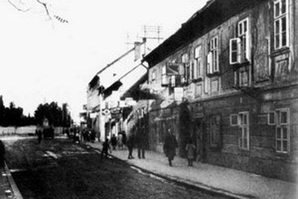 Z týchto domov nestojí už ani jeden. Len Ondrejský cintorín v diaľke krášli ešte furt našu Donaugase (Donauutcza).