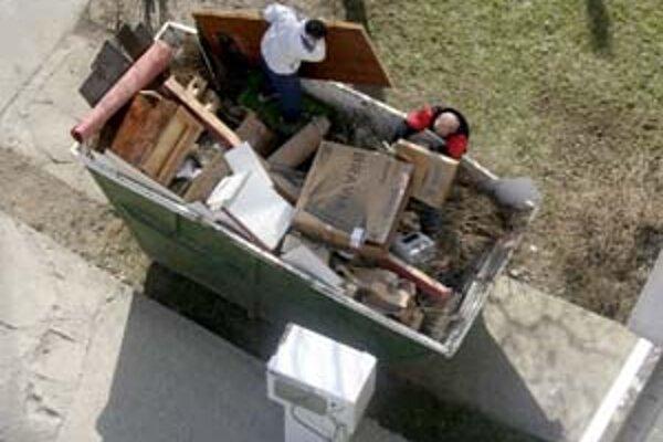 Kusy nábytku, stavebný odpad, vybavenie kúpeľní ani staré koberce už ľudia nesmú vykladať ku kontajnerovým stojiskám. Inak môžu zaplatiť päťtisícovú pokutu.