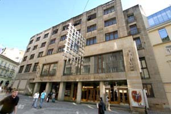 Budovu divadla postavili v rokoch 1943 - 1947. Mozaikové okná vo foyeri sú dielom maliara Janka Alexyho.