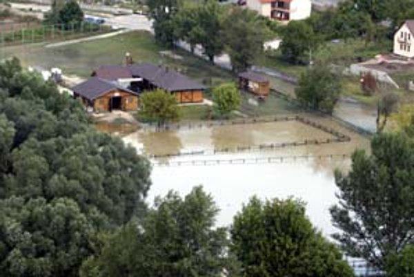 August 2006: pohľad na zaliaty jazdecký areál pod Devínom. Voda siahala až po priestranstvo pod hradom.