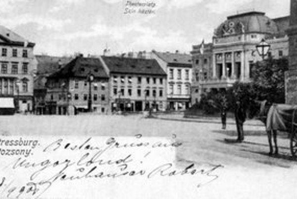 Promenáda (Hviezdoslavovo námestie) ešte bez Ganymedovej fontány pred novým Mestským divadlom.