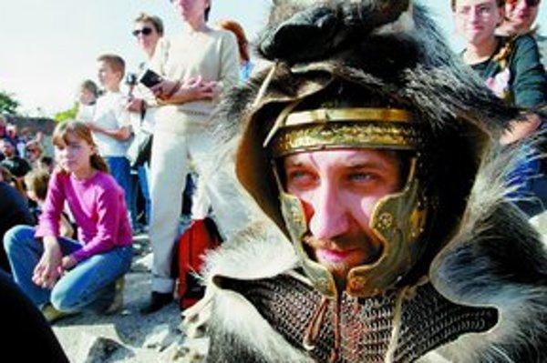Na programe Rímskych hier budú najskôr súťaže, napríklad ako rozumieme latinských citátom, ako ovládame rímske číslice či výroba kópie dobového pohára na hrnčiarskom kruhu. O 18.00 sa začne večerný program,uvádzať ho bude herec Roman Pomajbo. Jeho súčasťo