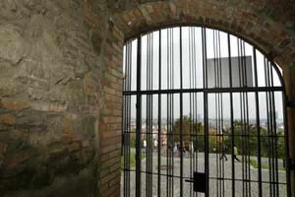 V pondelok prešiel hradný areál na zimný otvárací čas, zatvorili ho o tri a pol hodiny skôr ako deň predtým. O šiestej odtiaľ vyháňali turistov. Pre počasie sa však včera správa areálu rozhodla vrátiť k letným otváracím hodinám.