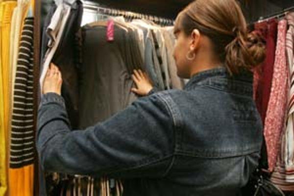 Nakupovanie a hľadanie v secondhandoch je vášeň. Niektorí zákazníci prichádzajú do obchodu každý deň.