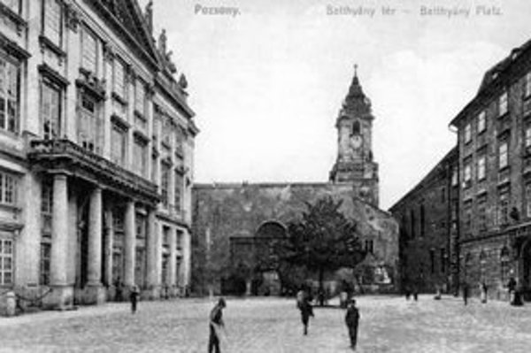 Prímas Jozef Batthyány dal postaviť nový reprezentačný palác. Postavil ho Melchior Hefele z Viedne a dokončili ho v roku 1781.