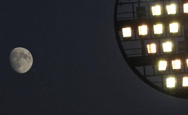 Mesiac na oblohe a osvetlenie štadióna na Sihoti v Trenčíne počas 14. kola jesennej časti Fortuna ligy 2015/2016 v zápase medzi AS Trenčín a FC ViOn Zlaté Moravce.
