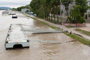 Dunaj na Gondovej v pondelok poobede. FOTO - ĽUBOMÍR MAKO