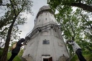 Vodná veža v areáli bývalej Dimitrovky.