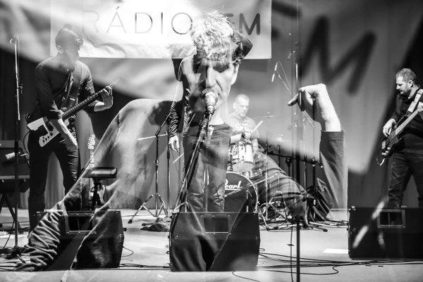 Kapelu Hviezda tvoria Tomáš Ďurovka (vpredu), Peter Hajdin (naľavo) a Peter Prekop (vpravo).  Vladimíra Wittgrubera za bicími (na fotke v strede) počas nahrávania tretieho  albumu vystriedal Roman Lauko.