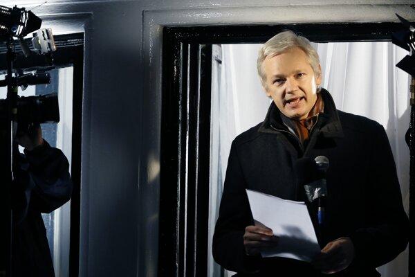 Julian Assange sa už niekoľko rokov hlási z ekvádorskej ambasády v Londýne.