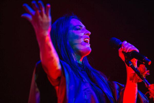 Speváčka Jana Kirschner počas koncertu v Starej tržnici v rámci Moruša Čierna tour 2015.