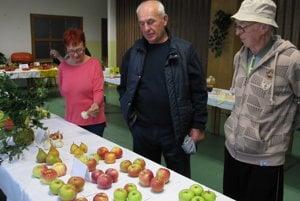 Záhradkári v Nedožeroch-Brezanoch s úrodou jabĺk.