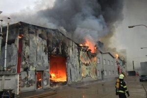 Požiar troch hál v Bratislave.
