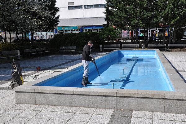Údržba fontány pred mestským úradom. Aj tú už je potrebné rekonštruovať.