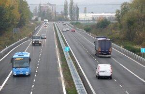 Cesta medzi Novákmi je už sprístupnená vo všetkých štyroch pruhoch.