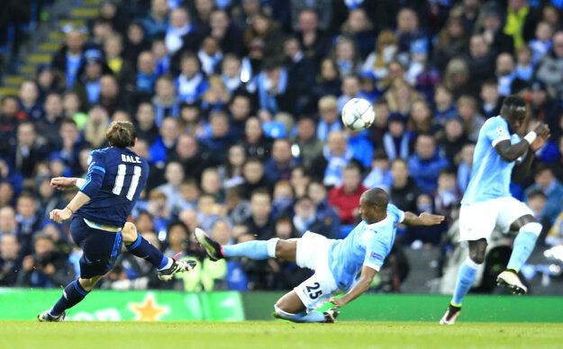 Ohroziť bránu Manchesteru City sa pokúšal aj Gareth Bale (vľavo), ale jeho pokus zblokoval Fernandinho (v strede).