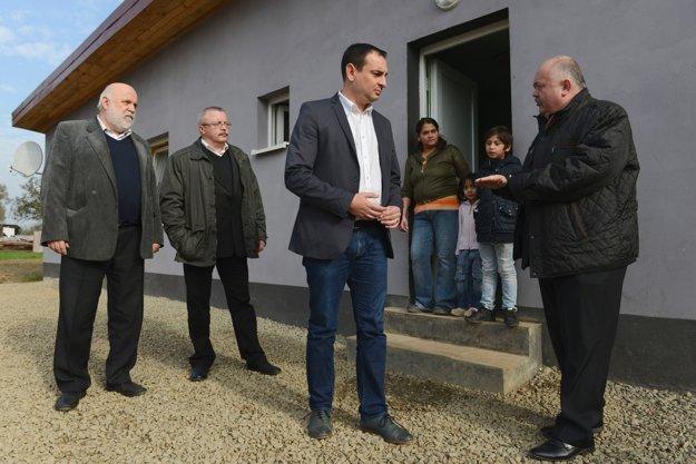 V rómskej osade v Breznici sa 30. októbra 2015 konal brífing rómskeho splnomocnenca  Petra Polláka k vyhodnoteniu programu svojpomocnej výstavby domov.
