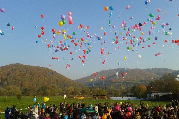Po hradom Revište sa vznášali balóny.