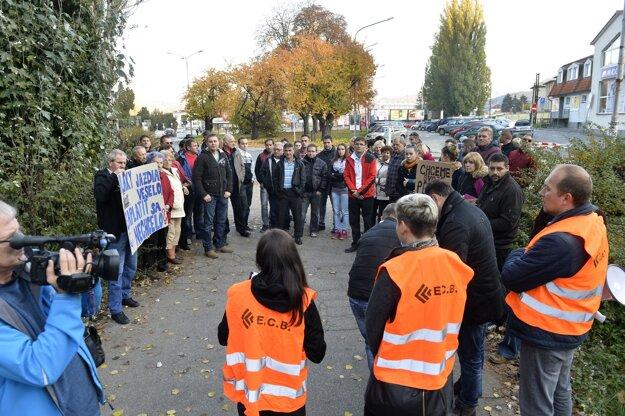 Protestné zhromaždenie zamestnancov firmy Euro Continental Building, rodinných príslušníkov a ostatných dodávateľov a subdodávateľov, ktorí nemajú zaplatené faktúry za dobre vykonanú prácu, 1. novembra 2015 v Trenčíne. Stavebná spoločnosť sa podiela na rekonštrukcií železníc a má nezaplatené faktúry vo výške dva milióny eur.