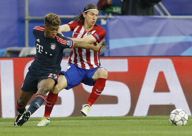 O loptu bojujú Filipe Luís (vpravo) z Atlética Madrid a Kingsley Coman.