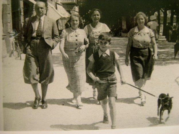 Otto Ullmann s rodinou na prechádzke viedenskými ulicami.
