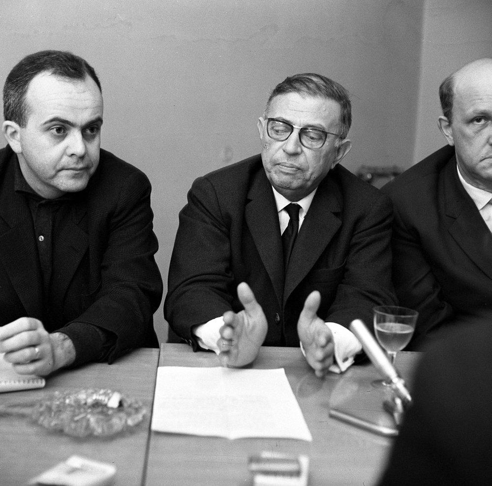 Francúzsky existencialistický filozof Jean-Paul Sartre navštívil v roku 1963 aj Bratislavu a zúčastnil sa besedy v týždenníku Kultúrny život. Vľavo Albert Marenčin, ktorý robil tlmočníka. 6.11.1963.