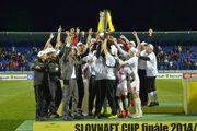 Pred rokom sa v Poprade takto tešili Trenčania zo zisku domáceho pohára. Víťaznú radosť by si futbalisti AS radi zopakovali aj dnes v Trnave.