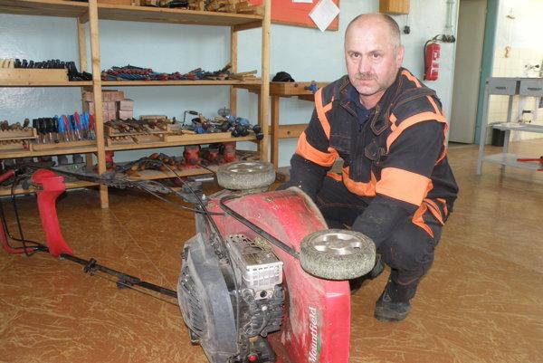 Peter Lipničan sa v práci školníka našiel.