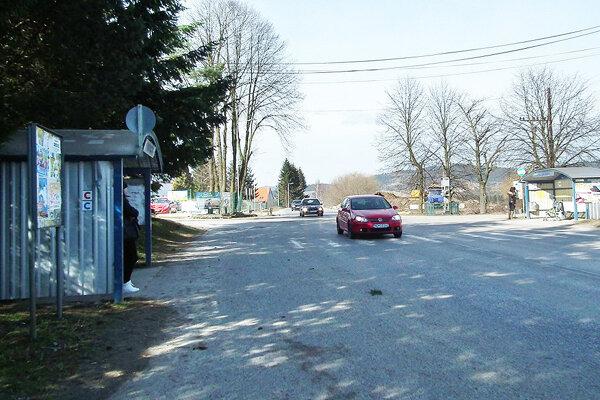 Autobusové zastávky sa nachádzajú pri frekventovanej hlavnej ceste. Chodník má zvýšiť bezpečnosť chodcov.