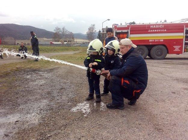 Pre deti sú žarnovickí hasiči vzorom.