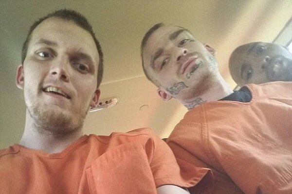 Počas väzenského transportu dokázal Shane Holbrook urobiť niekoľko fotografií.