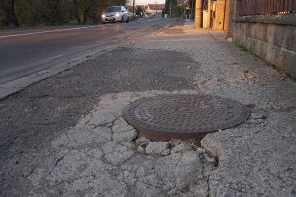 Chodník by mal byť zrekonštruovaný do konca novembra.