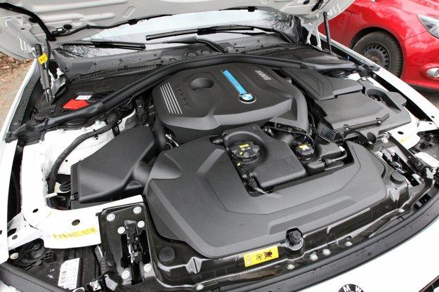 Pod kapotou sa skrýva benzínový motor s objemom 2,0 l. Pri poháňaní zadnej nápravy mu pomáha elektromotor, pripojený priamo na automatickú prevodovku.
