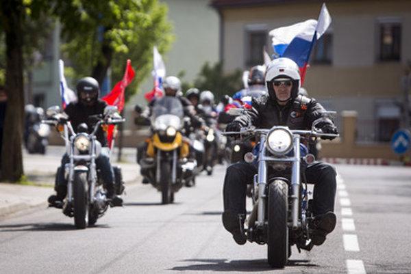 Po Slovensku sa pohybuje asi 20-členná skupina motorkárov z klubu Noční vlci.