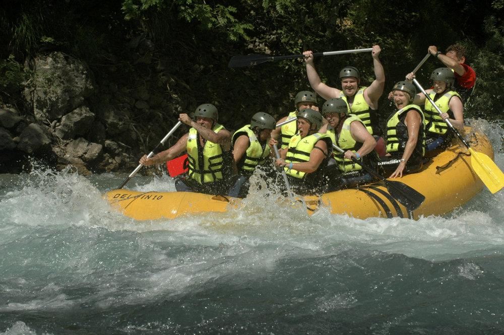Rafting na rieke Tara, ktorá si cez Durmitor vyhĺbila druhý najhlbší kaňon na svete.