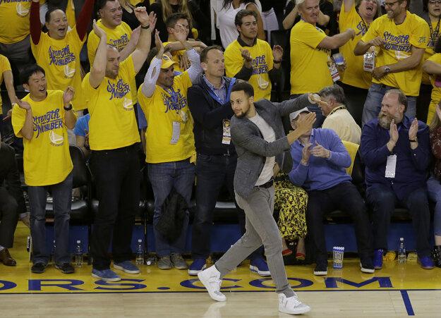 Stephen Curry sledoval zápas iba v civile.