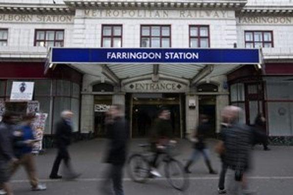 Ľudia kráčajú okolo stanice londýnskeho metra.