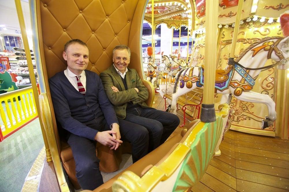 Podnikatelia Pavel Čmelík (vľavo) a Pavel Zavadil v pražskom hračkárstve Hamleys