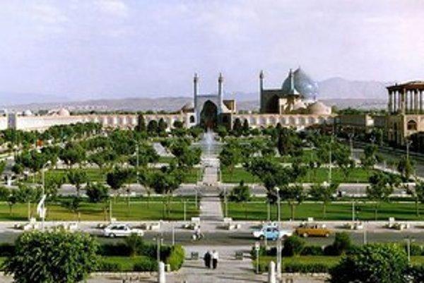 Isfahán, to sú aj veľkorysé priestory a obrovské námestia uprostred zelene.