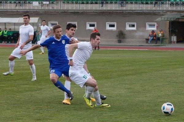 V modrom futbalista FK Pohronie.