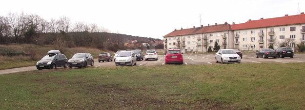 Neverejné parkovisko na bývalom ihrisku.