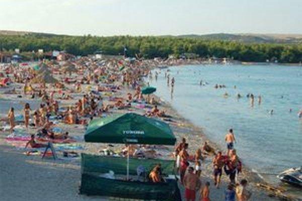 Pláže sú najmä kamienkové alebo skalnaté. Pieskových je málo.
