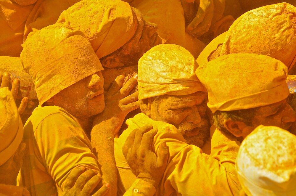 """Sviatok boha Šivu chráme v Jejuri. Veriaci nesú nosidlá so sochou boha Šívu v chráme Khandoba  počas sviatku Somvati Amavasya. Pri rituáloch sa používa obrovské množstvo kurkumy a do žltého prášku sú """"obalení"""" nielen pútnici, ale žlté sú aj cesty a chrám."""