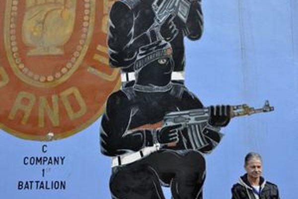 Unionista William Smith stojí pred graffiti na Shankill Road.