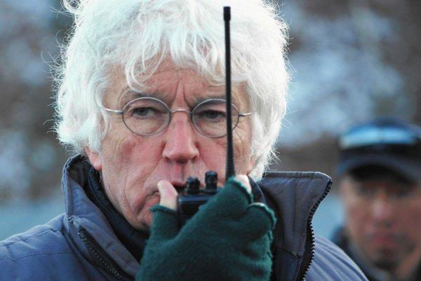 Jean-Jacques Annaud (72) je francúzsky režisér zamilovaný do Číny.Medzi jeho najpopulárnejšie filmy patrí Sedem rokov vTibete, Milenec (na snímkach dole), Medveď alebo Meno ruže. Film Čierni abielo vo farbe získal vroku 1977 Oscara za najlepší cudzojazyčný film.