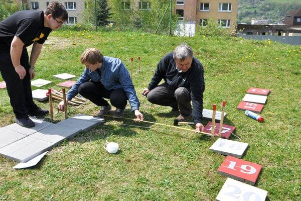 Analematické slnečné hodiny. Pri ich zostrojení pomáhajú gymnazisti Pavol Studenič (vľavo) aĽubomír Šiška (v strede).