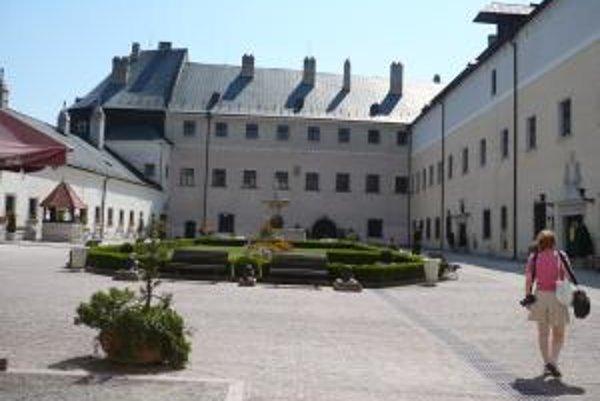 Hrad je zachovalý, aj hlavné nádvorie vyzerá ako nové.